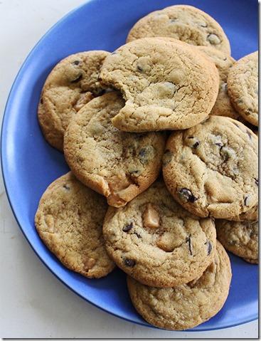 Färdibakade kakor på ett blått fat.