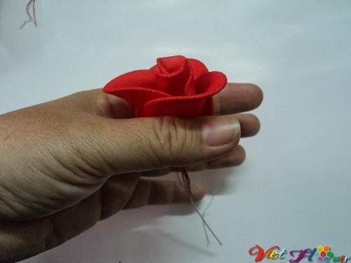 Cách làm hoa hồng nhung bằng vải voan (bước 11)