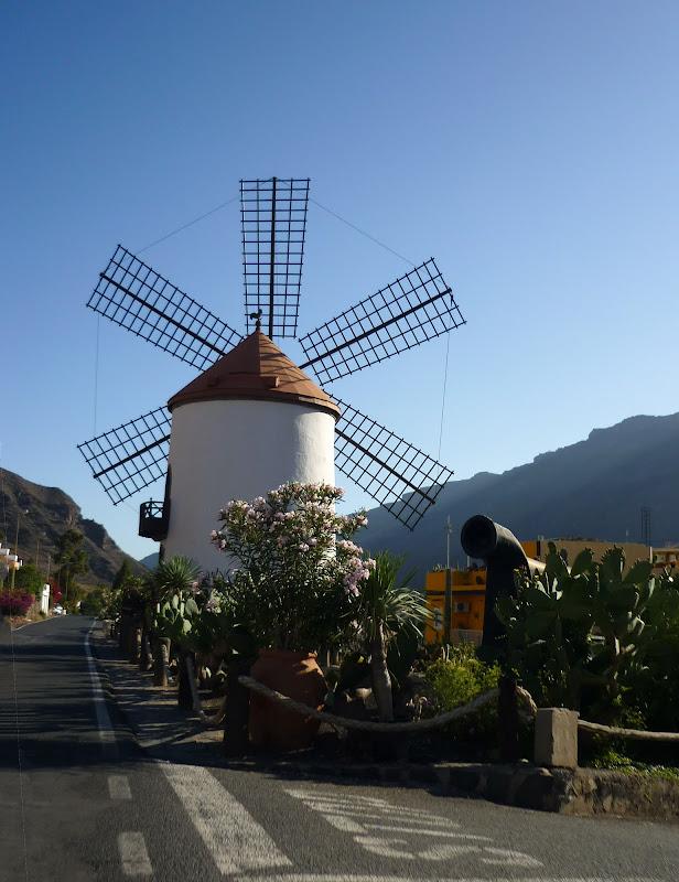 Eine weiße Windmühle in Mogan auf Gran Canaria.