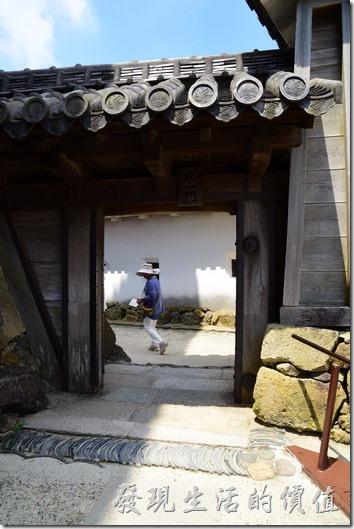 這姬路城的牆角也是使用大塊的石塊堆砌而城。另一個發現是姬路城的很多城門都不高,難道這邊的人民身高都比較矮?