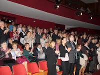 25 A hálás közönség állva tapsol.JPG