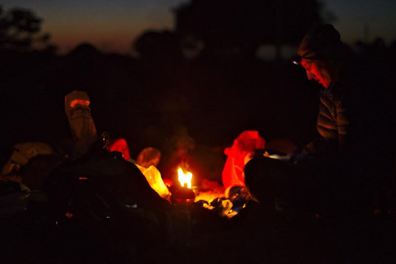 Pregatirea mesei de seara, ce incepe binenteles cu amorsarea primusului si cu pregatirea ingredientelelor, in seara aceasta un papricas de cartofi, in varianta marocana.