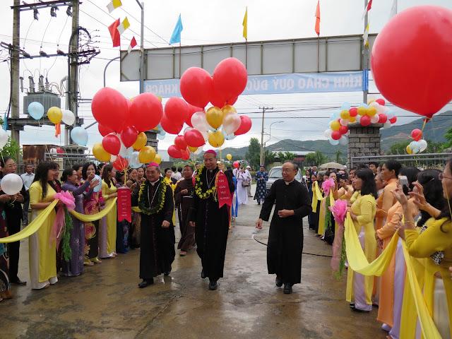 Hình ảnh Đức Cha Aloisiô Nguyễn Hùng vị dâng thánh lễ tạ ơn tại Giáo xứ Bình Cang, Giáo hạt Nha Trang vào ngày 21.12.2015