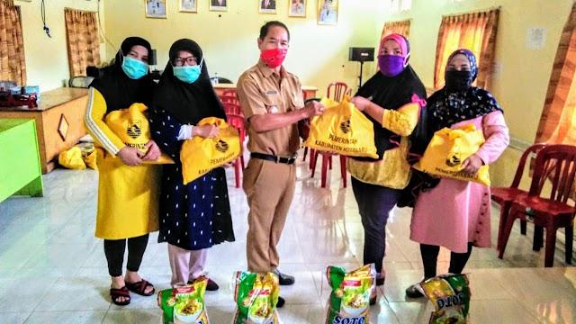 Melalui Kades, Pemkab Kotabaru Serahkan 109 Paket Sembako
