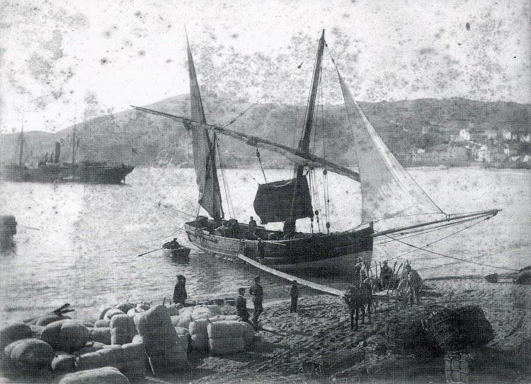 El llagut -o laud- PEPITO, tipica embarcación de navegación de cabotaje del Mediterraneo. Se aprecia en la playa las balas de corcho, durante muchos años principal producto de exportación del puerto.JPG