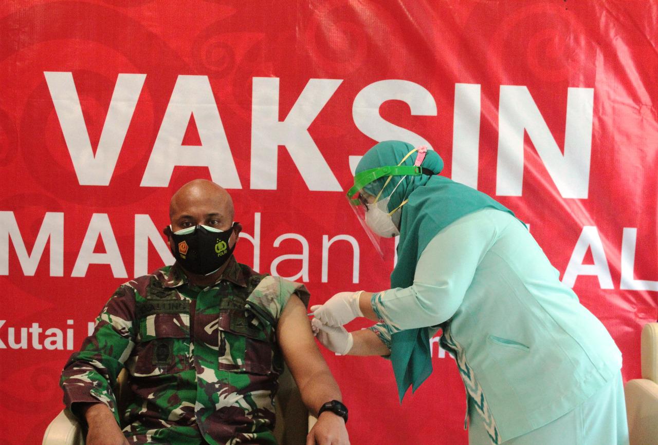 Dandim 0906/Tenggarong bersama Forkopimda Kukar Terima Vaksin Tahap Dua
