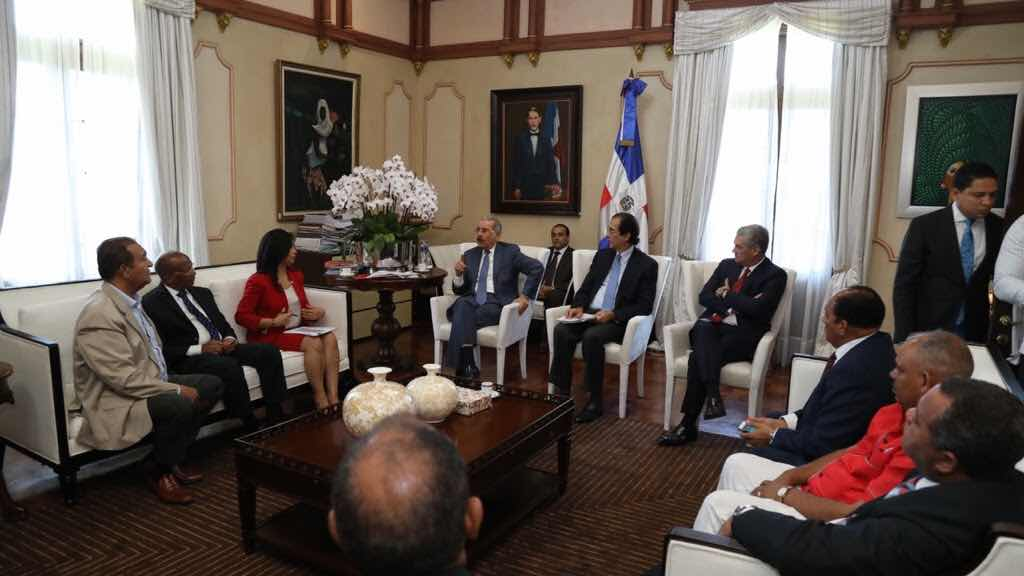 Danilo se reúne con transportistas para conversión sistema transporte pasajeros