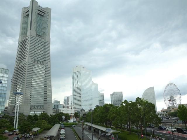 横浜ランドマークタワーと観覧車