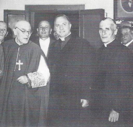 Il giorno dei festeggiamenti del 50° di sacerdozio di mons. Saretta (a sinistra) nel 1958. Al centro vi è l'Arcivescovo Ettore Cunial, già suo cappellano e, a destra, don Carlo Marcon, cappellano dell'Ospedale