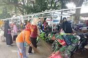 Babinsa Koramil 1420-06 Pancarijang Kodim 1420 Sidrap Ajak Warga Binaan Gotong Royong Bersihkan Daerah Pasar