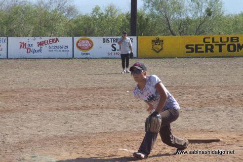 Alma Rodríguez de Chicas Sertoma en el softbol femenil del Club Sertoma