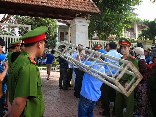 Các vật dụng được chuyển vào nhà của ông Thanh để phục vụ cho công tác tang lễ