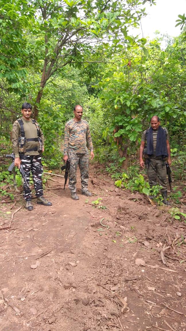 जंगल में नक्सली सर्च के दौरान 20kg विस्फोटक सहित आईडी बरामद।