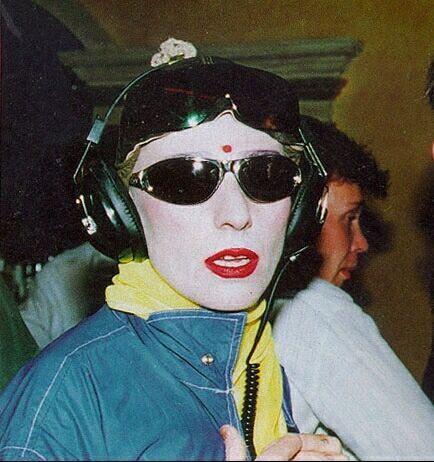 Узнать знаменитость.Сумасшедшие прикиды звёзд российской эстрады в 80-е и 90-е