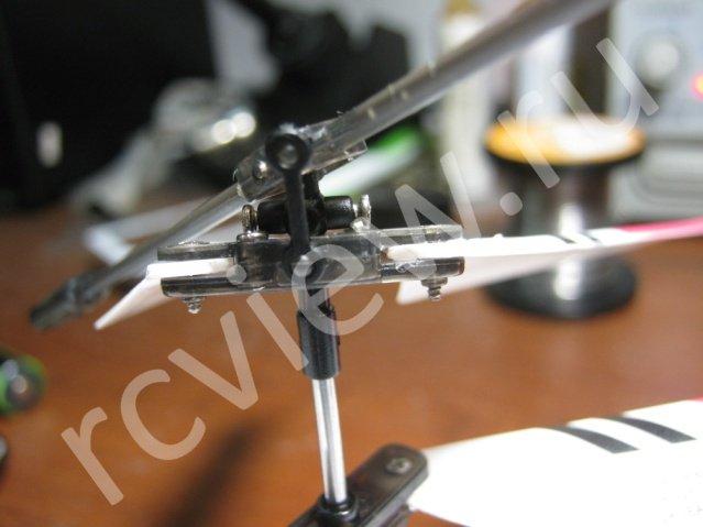 Первый этап разборки головы несущего винта радиоуправляемого минивертолета