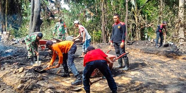 Anggota Koramil 23/Lgst Bantu Bersihkan Puing-Puing Rumah Korban Kebakaran
