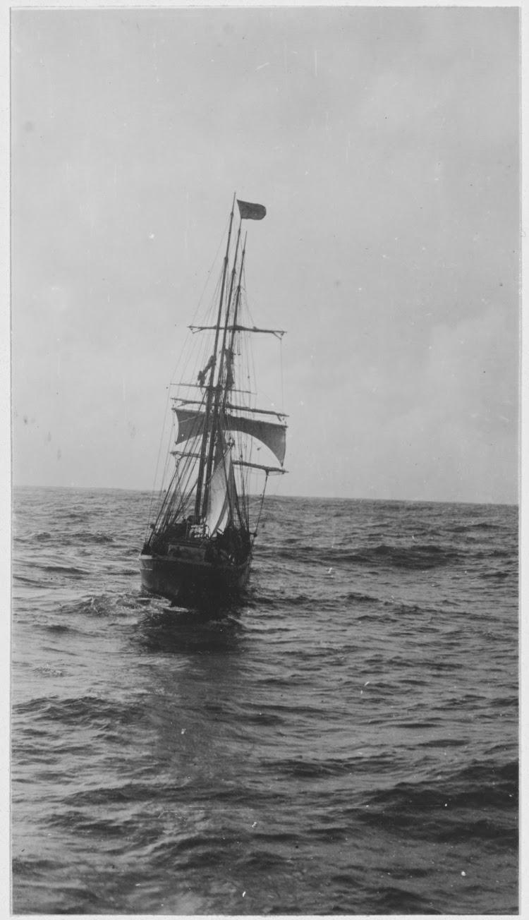 Vista de popa del ANICETO tomada desde el USS MARGARET. Naval History and Heritage Command.tiff