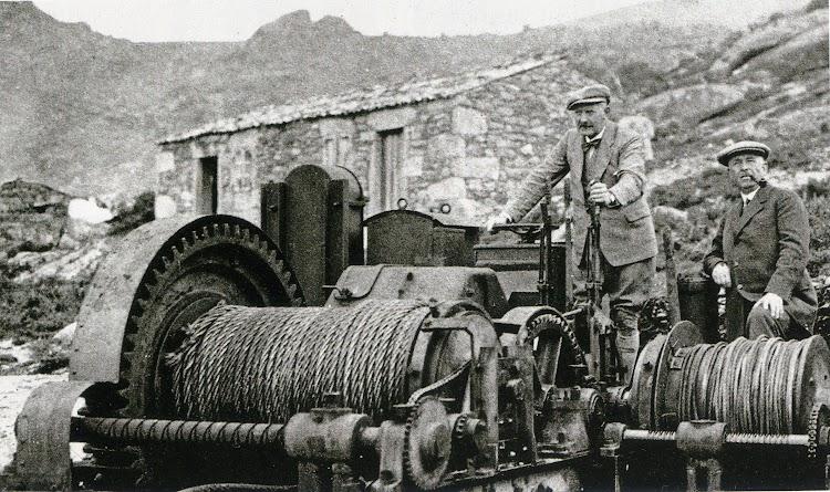 Abril de 1926. Carl Herlofson y Carsten Henri Bruun posan delante de la maquinilla para elevación de ballenas. Revista Chasse Maree. Nº 269.jpg