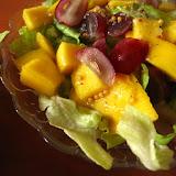 Sałata z mango i winogronami