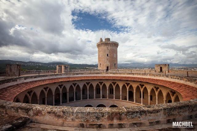 Terraza-del-Castillo-de-Bellver-Castillo-de-Bellver-en-Palma-de-Mallorca-Islas-Baleares-España.jpg