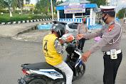 Sat Lantas Polres Soppeng Bagi-Bagi Takjil Depan Pos 700