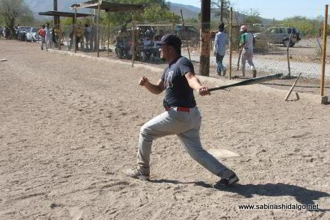 Oscar Villarreal bateando por Normal en el softbol del Club Sertoma