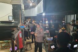 Malam-malam, Kapolri Blusukan di Solo Bagi-bagi Sembako ke Warga dan Pedagang Angkringan