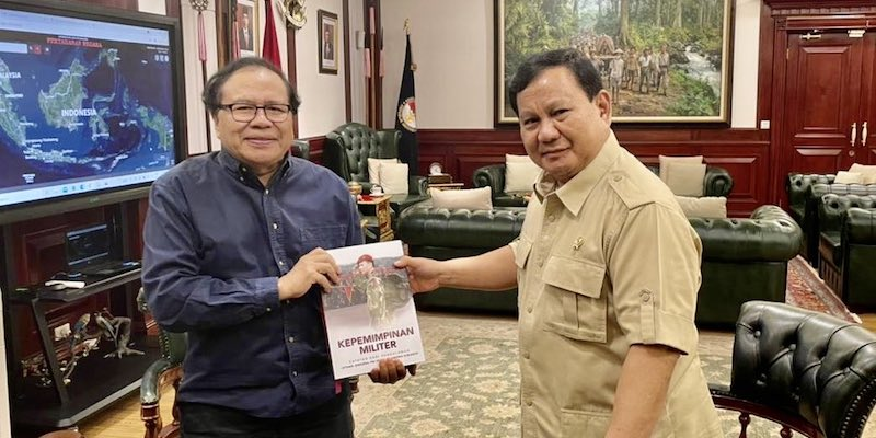 "Rizal Ramli Dapat Hadiah Buku ""Kepemimpinan Militer"" dari Prabowo Subianto"