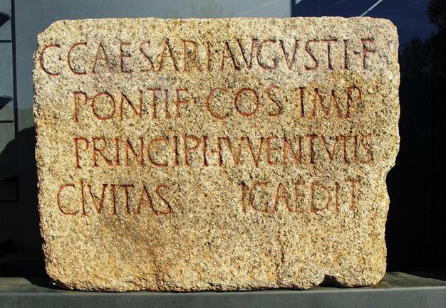 pedra epigrafada