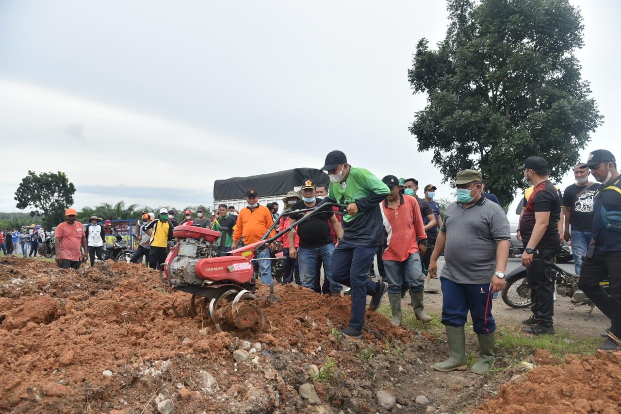 Bupati Batu Bara dan Polres Ajak Masyarakat Gotong Royong Rutin di Jalinsum Desa Sumber Padi