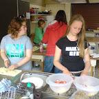 Carima en Dianca druk bezig met de fruitsalade.