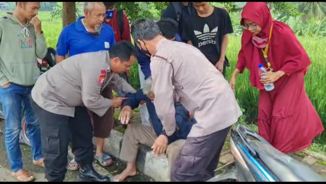 Personil Polsek Cigasong Bantu Korban Laka Lantas di Depan SMKN 1 Majalengka