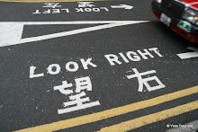 Signalisation : Look rignt Look left (on roule à droite à Hong Kong et les Chinois du continent n'y sont pas habitués)