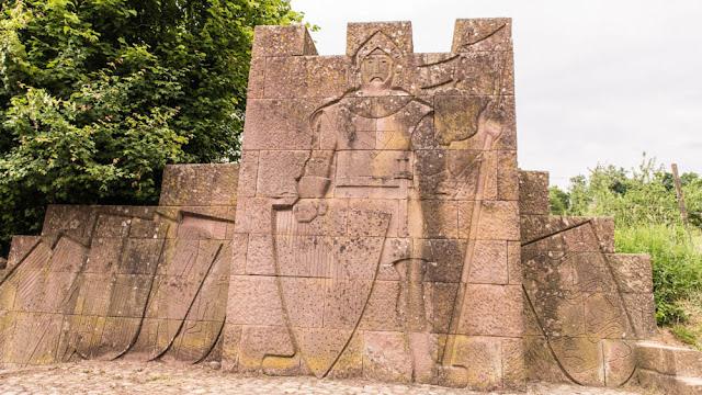 Denkmal am Fuß der Burg