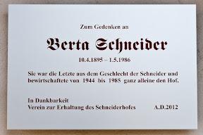 Gedenktafel am Bauernhausmuseum Schneiderhof an Berta Schneider