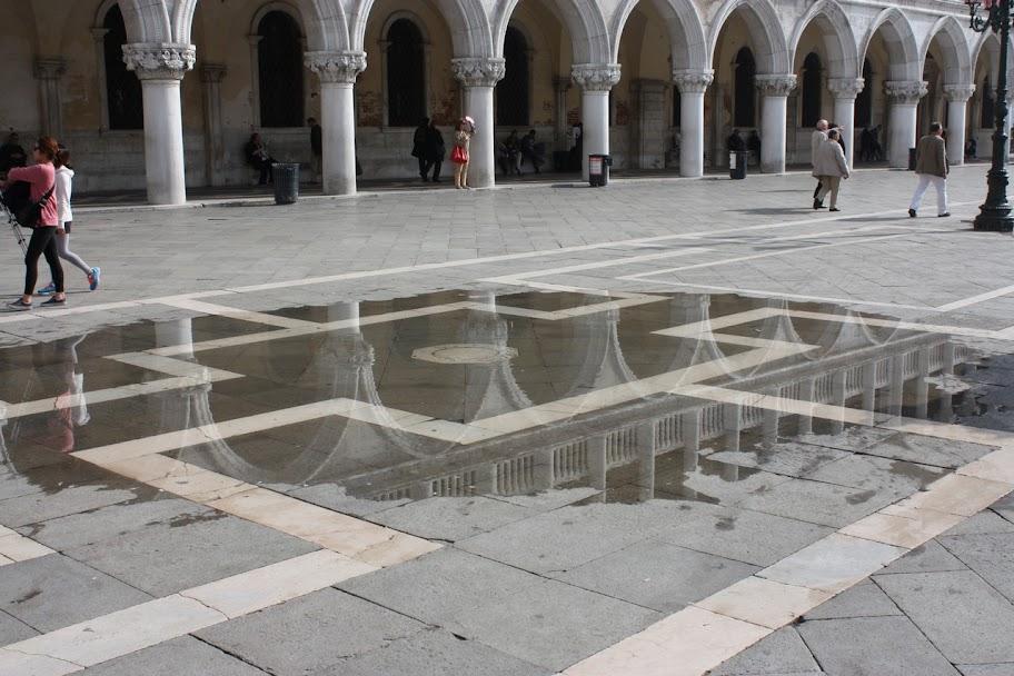 На площади уже появилась вода