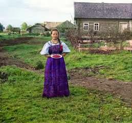 Девушка с земляникой. Деревня Топорня. Вологодская губерния, 1909 год (Сергей Михайлович Прокудин-Горский)