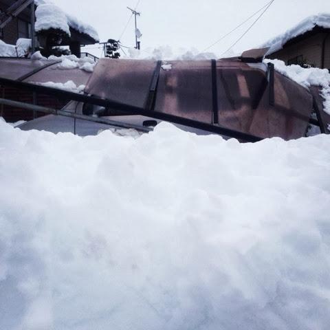 積雪73cmという記録的大雪のためカーポートのルーフが落ちて車が壊れて出せないの図
