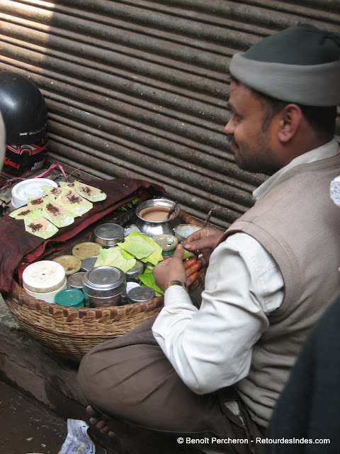 Un vendeur de Pan (sorte de mix d'épices et de noix pliées dans une feuille à mâchouiller)