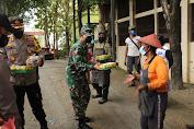 Dandim dan Kapolres Sukoharjo Bagikan Paket Nasi kotak dari Dapur Sinergitas TNI-Polri