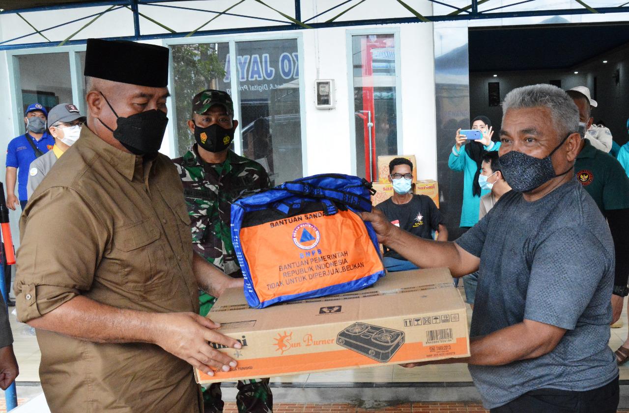 Lettu Inf. Adi Irawan dampingi Bupati Kukar Serahkan Bantuan Ke Korban Kebakaran