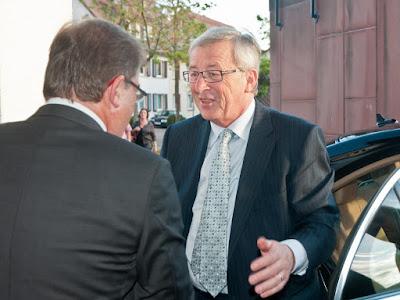 Neuenburgs Bürgermeister Joachim Schuster heißt den luxemburgischen Premierminister Jean-Claude Juncker im Stadthaus willkommen.