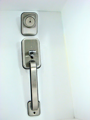 裝潢五金品名:ST2205-連體大把手+輔助鎖規格:60MM型式:房間顏色:白鐵/黑金色玖品五金