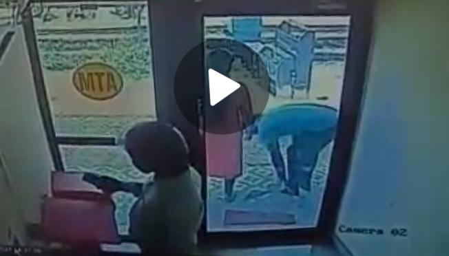 ಮಂಗಳೂರು;ATM ಕೇಂದ್ರದಲ್ಲಿ ಬಾಕಿಯಾದ ಮಹಿಳೆಯ ಮೊಬೈಲ್ ಕೊಂಡೊಯ್ದ ಮತ್ತೊಬ್ಬ ಗ್ರಾಹಕ- CCTV ವಿಡಿಯೋ ವೈರಲ್