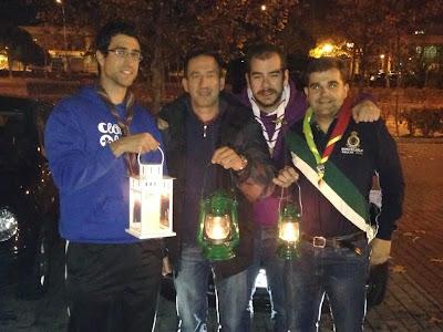 Un grupo de scouts con la Luz de Belén y sus réplicas