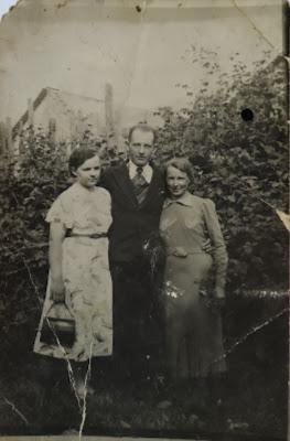Николай Лупанов. Справа от него Маруся Медведева.прим. 1934 г.(из личного архива Лупанова Н.А.)