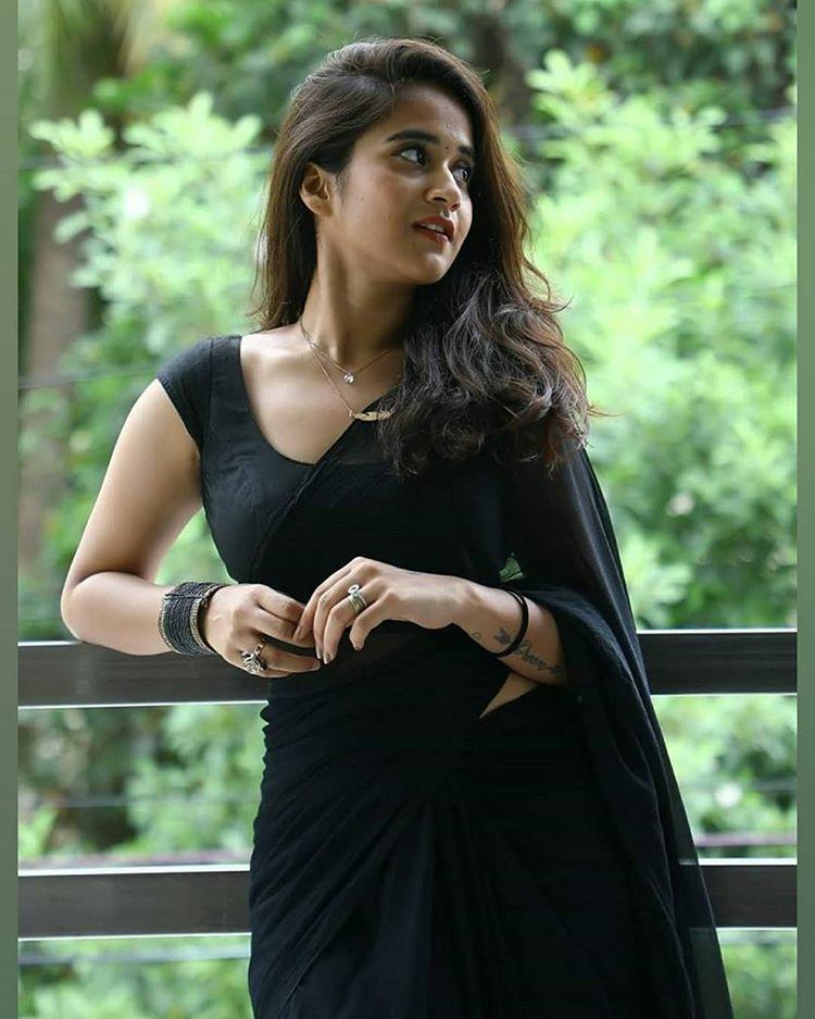 Deepthi Sunaina Hot In Black Saree Navel Queens