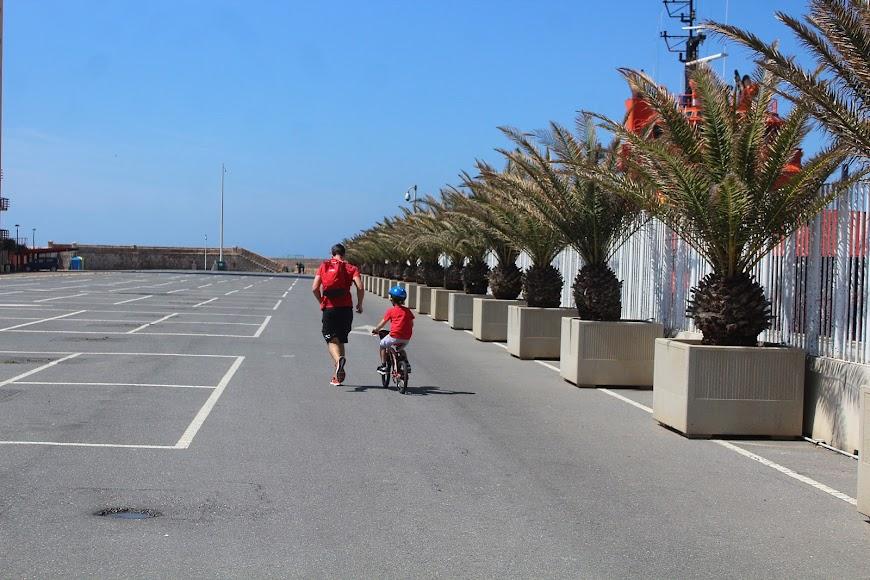 Jugando y paseando por el Puerto de Almería.