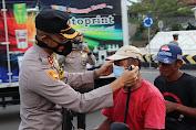 Upaya Pencegahan Claster Baru Sebaran Covid, Kapolres Soppeng Pimpim Langsung Bagi - Bagi Masker