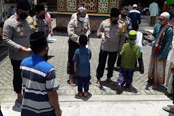 Berbagi Masker ke Jamaah Masjid dalam Jumat Berkah